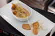 Uma das entradas, o 'Chawanmushi' é um curioso ovo-creme de cogumelos shiitake e enoki, com fatias de frango com gergelim e chips de raiz de lótus. (foto: divulgação)